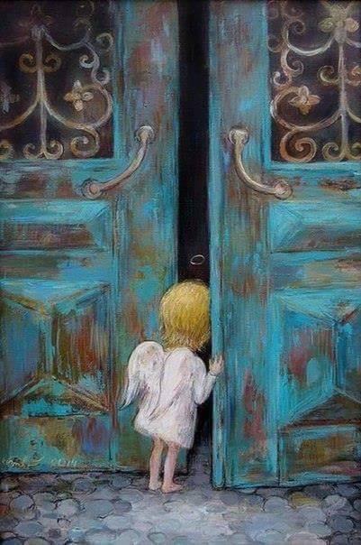 inger copil blond deschide o usa vintage albastra