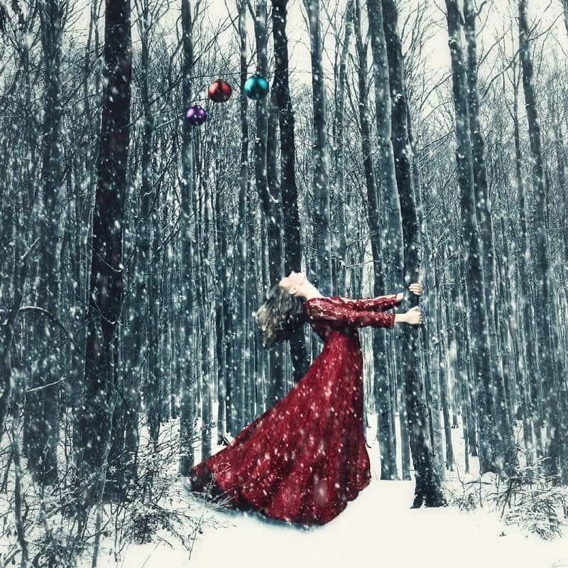 fata imbracata in rosu in padure iarna cand ninge